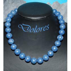 Naszyjnik z niebieskich kulek koralowych. Na rękę