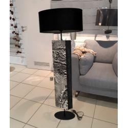 Metaliczne wgłębienia - modna lampa podłogowa w stylu eklektycznym