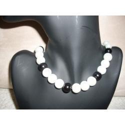 N-00032 Naszyjnik z perełek szklanych, czarnych i białych