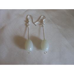 K-00086 Kolczyki z białymi, szklanymi baryłkami