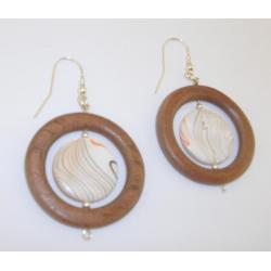 Interesujące kolczyki z egzotycznego mahoniu i masy perłowej