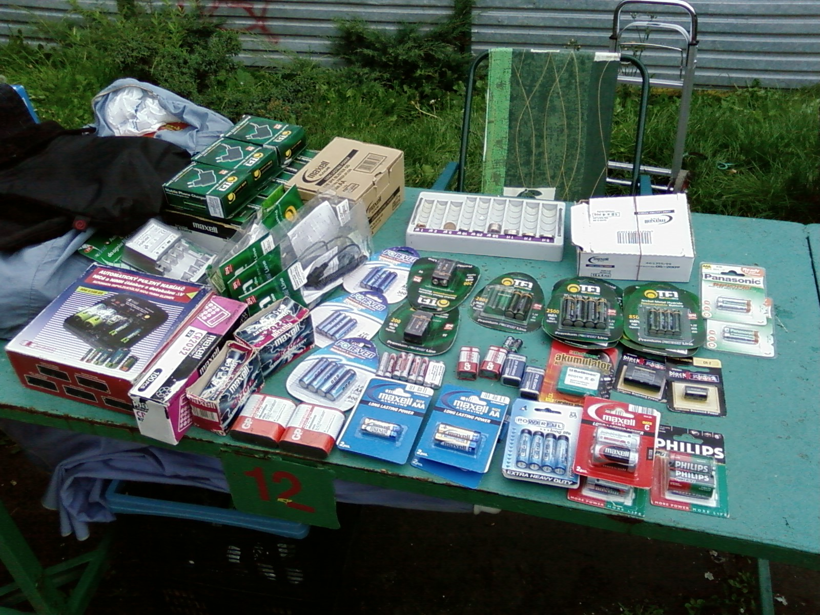 Sprzedaż baterii i akumulatorów-jeszcze na targowisku.Warszawa,listopad 2007