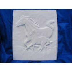 Konie w galopie płaskorzezba
