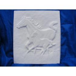 Konie w galopie płaskorzeżba