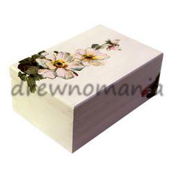 drewniana szkatułka z motywem kwiatów