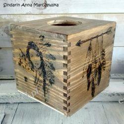 Drewniany, ręcznie wypalany chustecznik z indiańskimi motywami