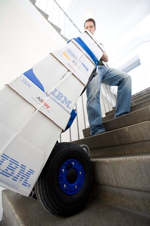 przewoz kartonow po schodach