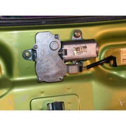 Fiat CINQUECENTO silniczek wycieraczki tył - FV
